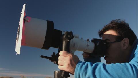 hombre observando las estrellas