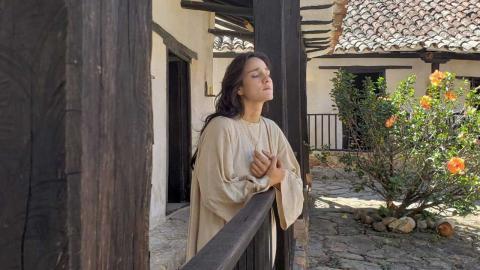 Una mujer en ropa de época siglo VII que interpreta a la escritora virreinal Josefa del Castillo
