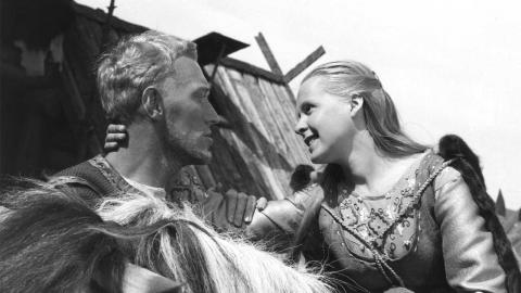"""un hombre y una mujer con traje medieval en la película """"El manantial y la doncella"""" de Ingmar Bergman"""