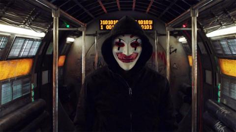Hombre con máscara y capota en un vagón de metro. Escena de la película Hackers, ningún sistema es seguro.