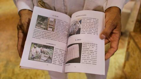Hombre con un libro en la mano en Feria del Libro