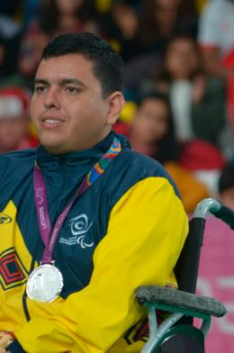 Euclides Grisales con la medalla de plata obtenida en los Parapanamericanos de Lima 2019