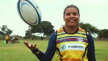 Nicole Acevedo, jugadora de la selección colombiana femenina de rugby sostiene un balón de rugby