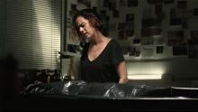Una mujer frente a un cadáver en una morgue