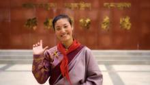 mujer china sonriente en traje típico chino