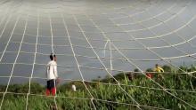 """Niños jugando fútbol en """"Bajo el redondo cielo del mundo"""""""