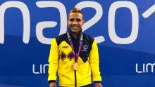 El nadador paralímpico Carlos Daniel Serrano sonría con su medalla de oro en el podio de los Juegos Parapanamericanos Lima 2019.