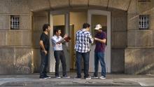 Un grupo de amigos se saluda en una acera de Buenos Aires.