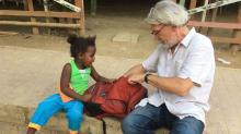 Dr. Eduardo Faganello hablando con una niña en San Basilio de Palenque