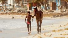 Un jinete y su caballo se preparan para una carrera tradicional del pueblo Raizal