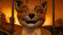 Un zorro con traje mira con asombro hacia el horizonte en Fantástico Sr. Fox