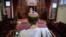 Un rabino oficia una ceremonia religiosa en una sinagoga.
