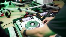 DJ tocando.