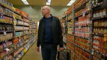 El activista Michael Pollan se pasea por un supermercado.