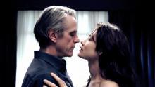 Un hombre maduro y una mujer joven se abrazan, la correspondencia