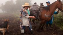 Una mujer campesina acompañada de su hijo, un perro y una vaca en documental Sumercé