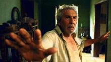 Un hombre hace señal de detenerse en la película Tormentero