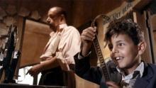Toto y Alfredo en la sala de proyección del cinema, en la película Cinema Paradiso.