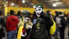 Dos cosplayer interpretan a Harley Queen y el Joker.