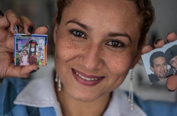 Yineth mostrando fotografías familiares.