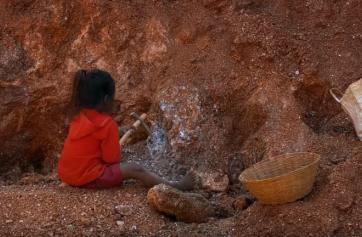 Niño esclavizado en una mina