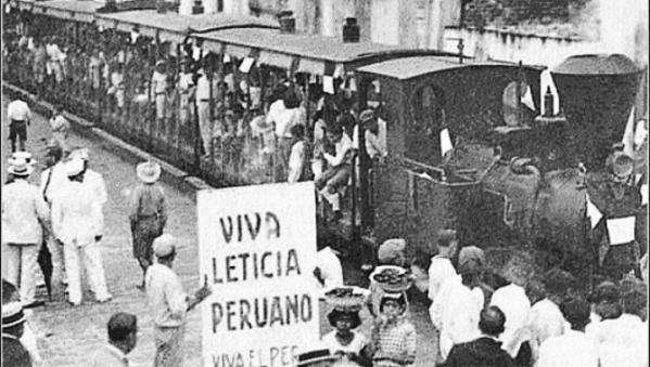 Manifestantes peruanos protestando por la cesión del puerto de Leticia a Colombia.