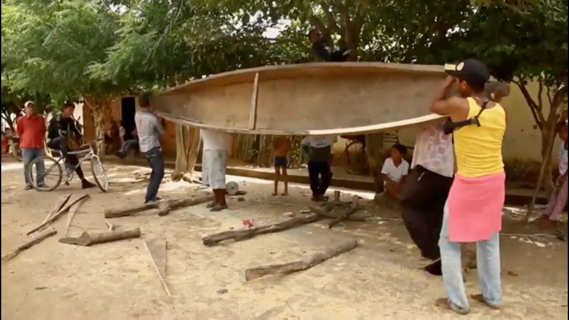 levantan una canoa