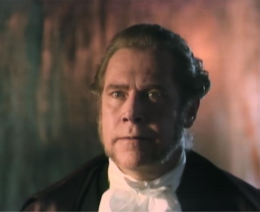 Julio Medina como el Oidor Hernández Álvarez