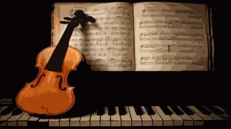 Violín, piano y partituras