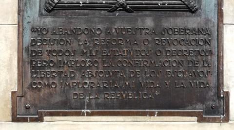 Bajorrelieve en el costado occidental del monumento a Simón Bolívar, creado por Pietro Tenerani entre 1842 y 1843. Plaza de Bolívar.