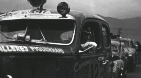 Carros de carreras en fila competencia en Colombia en la década de los años 60