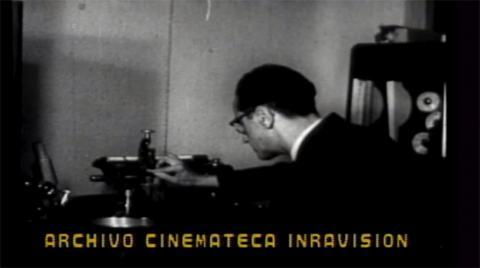 Operador grabando programas de la Radiodifusora en 1960