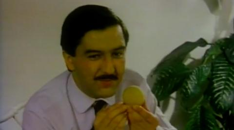 Hombre en comercial Buñuelos Sumaíz años 80