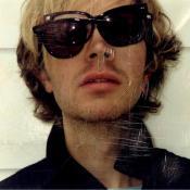 Bek David Campbell, conocido en el mundo artístico como Beck, es un músico, cantante, compositor y multinstrumentista estadounidense.