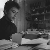 Bob Dylan escribiendo. Foto tomada de Amazon.com