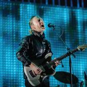 Thom Yorke de 47 años tocando en vivo.