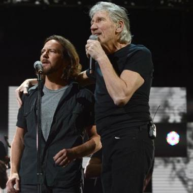 Eddie Vedder se une con Roger Waters para cantar 'Comfortably Numb'