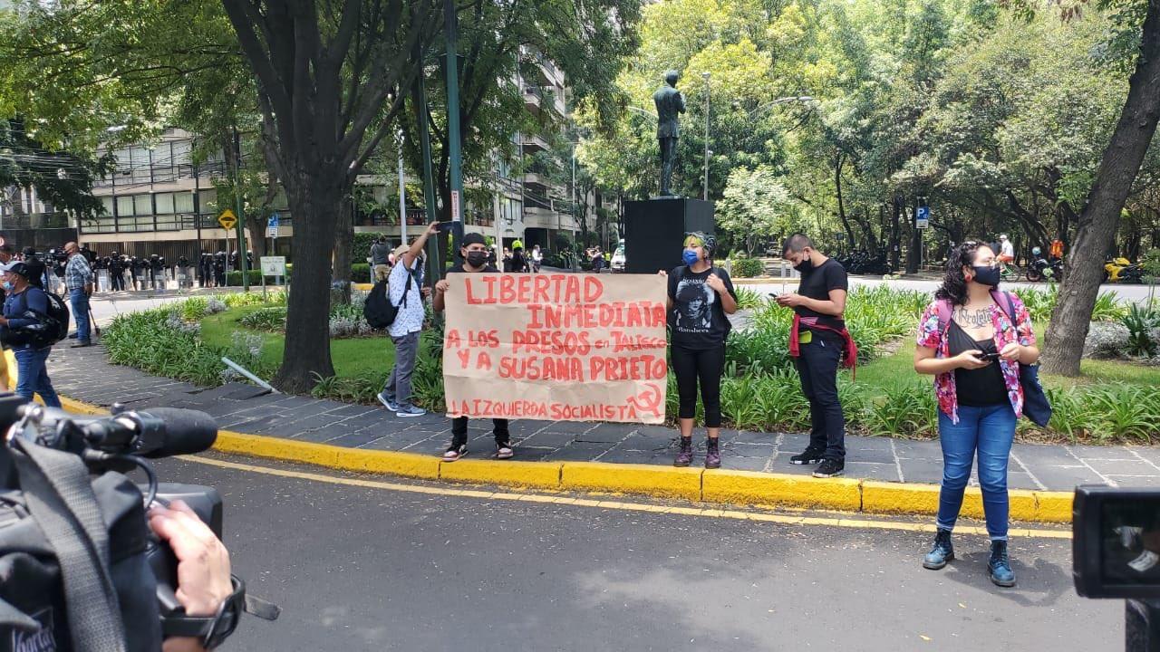 JÓVENES PROTESTARON FRENTE A CASA JALISCO EN CDMX PARA EXIGIR UN ALTO A LA VIOLENCIA POLICÍACA