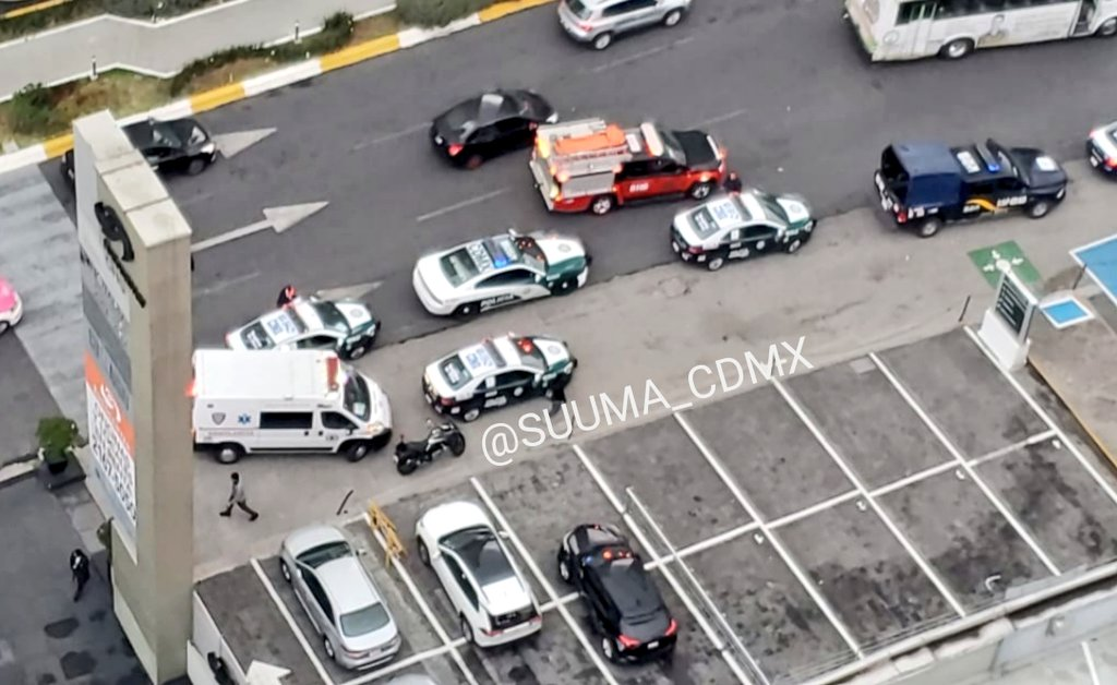 VEHÍCULO CAE DE ELEVADOR DE AGENCIA AUTOMOTRIZ EN SANTA FE
