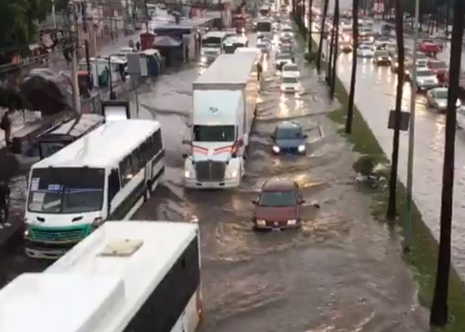 VIDEO: FUERTE LLUVIA DEJA AUTOS VARADOS E INUNDACIONES EN QUERÉTARO