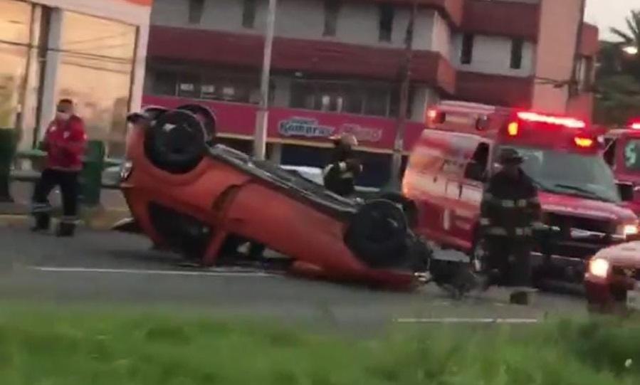 VIDEO: MUJER RESULTA HERIDA AL VOLCAR SU AUTO EN PASEO TOLLOCAN