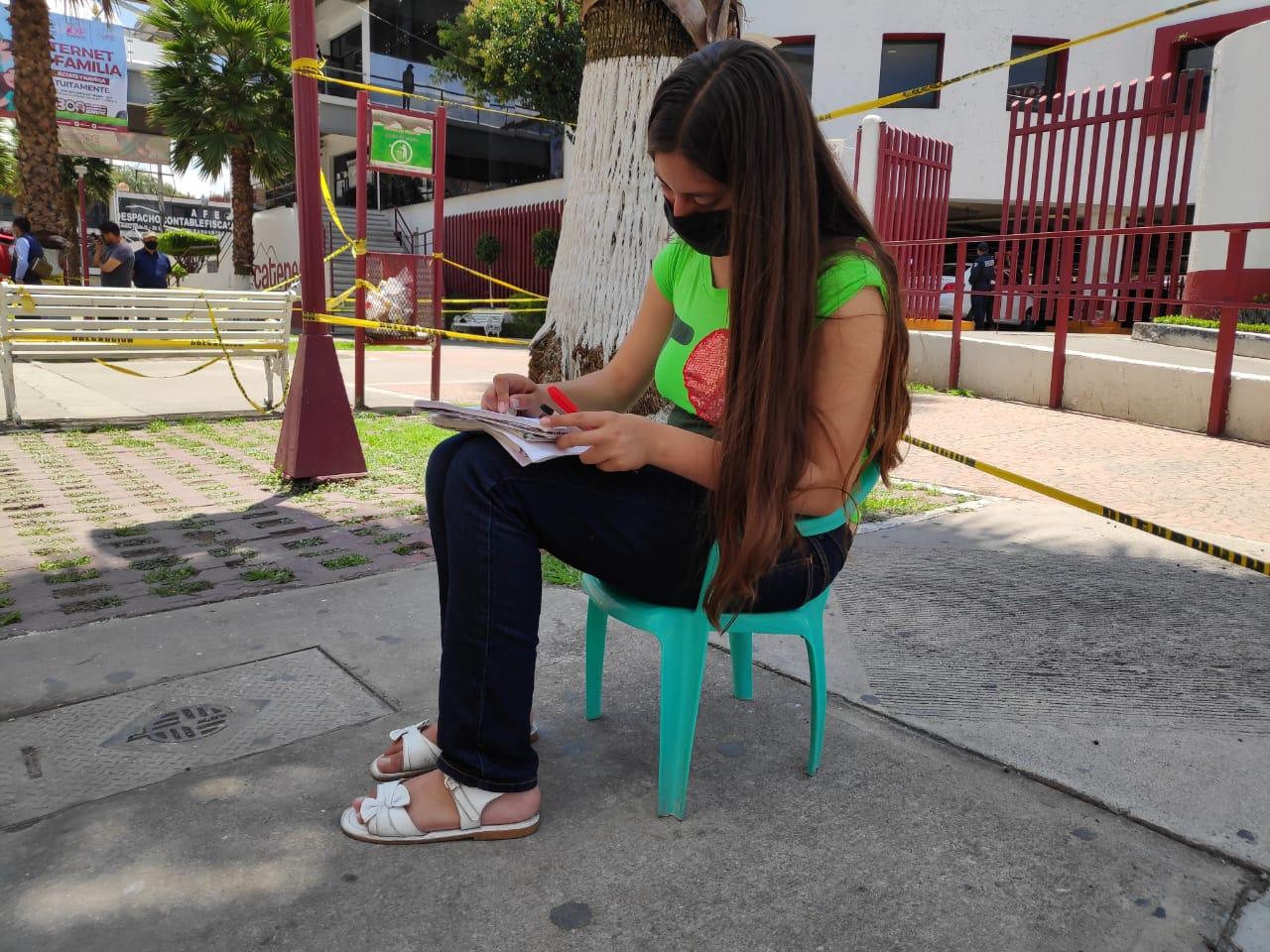 HADASSA ACUDE A LAS AFUERAS DEL PALACIO MUNICIPAL DE ECATEPEC PARA CONECTARSE A INTERNET