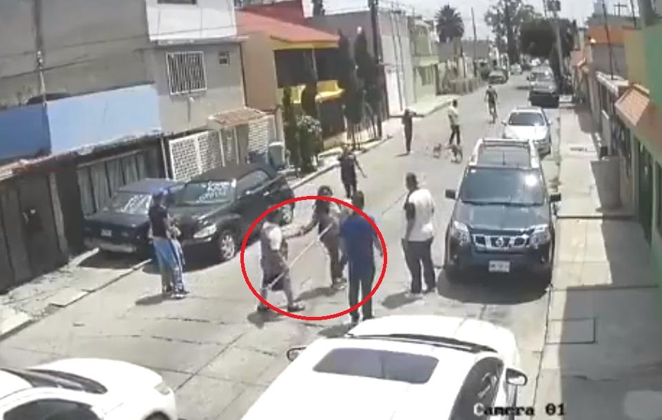 VIDEO: CON UNA ESCOBA, DEFIENDEN A VECINOS DE ASALTO EN ECATEPEC