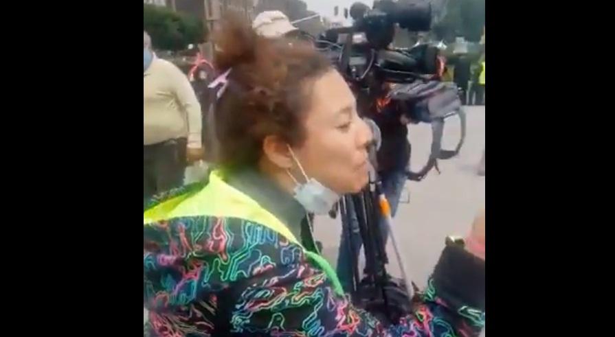VIDEO: MUJER AGREDE A PERSONA QUE LA GRABABA EN CDMX Y LA BAUTIZAN #LADYFRENADORA