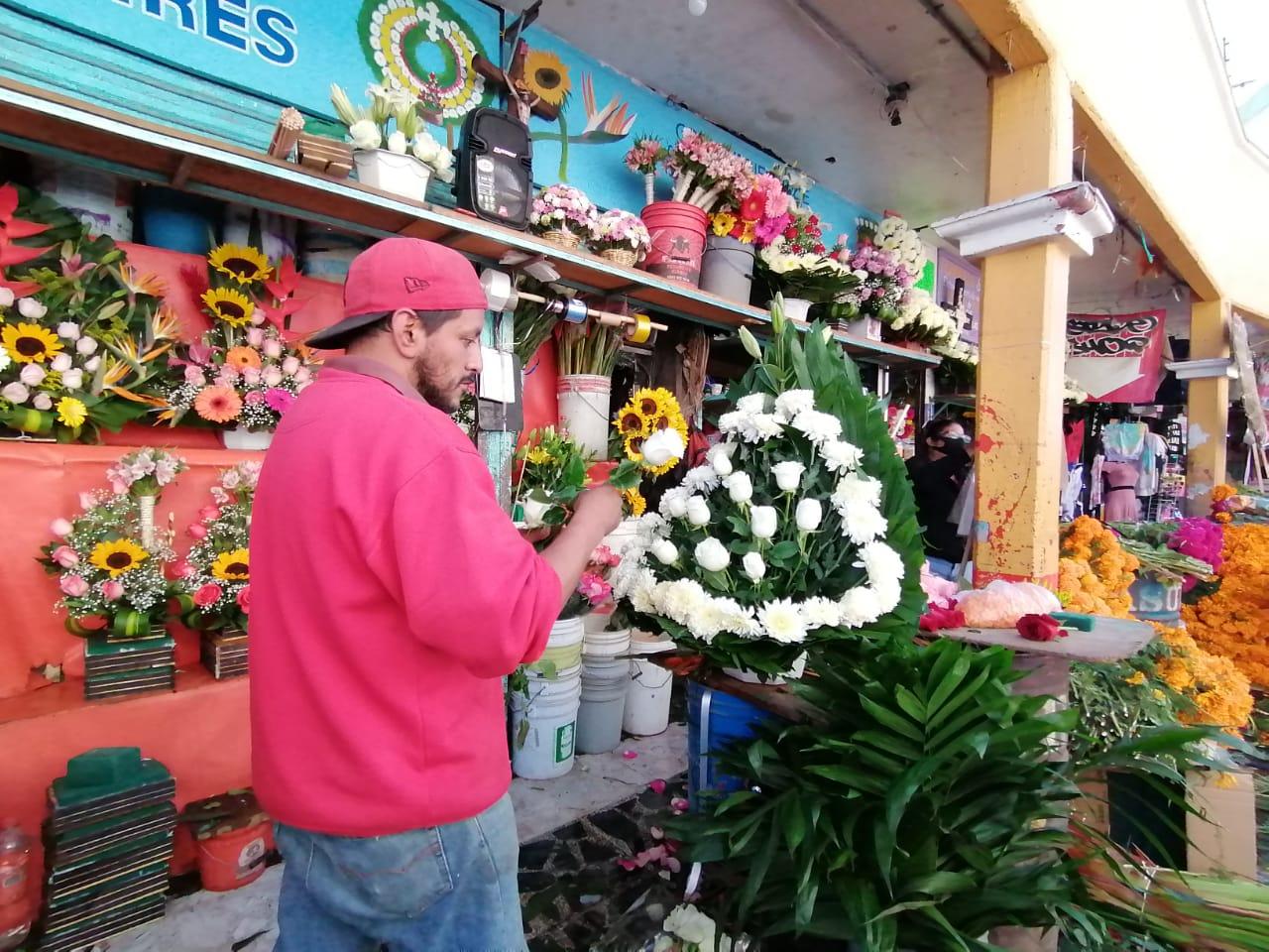 REALIZAN VENTA NOCTURNA EN MERCADO MUNICIPAL ESTE DÍA DE MUERTOS