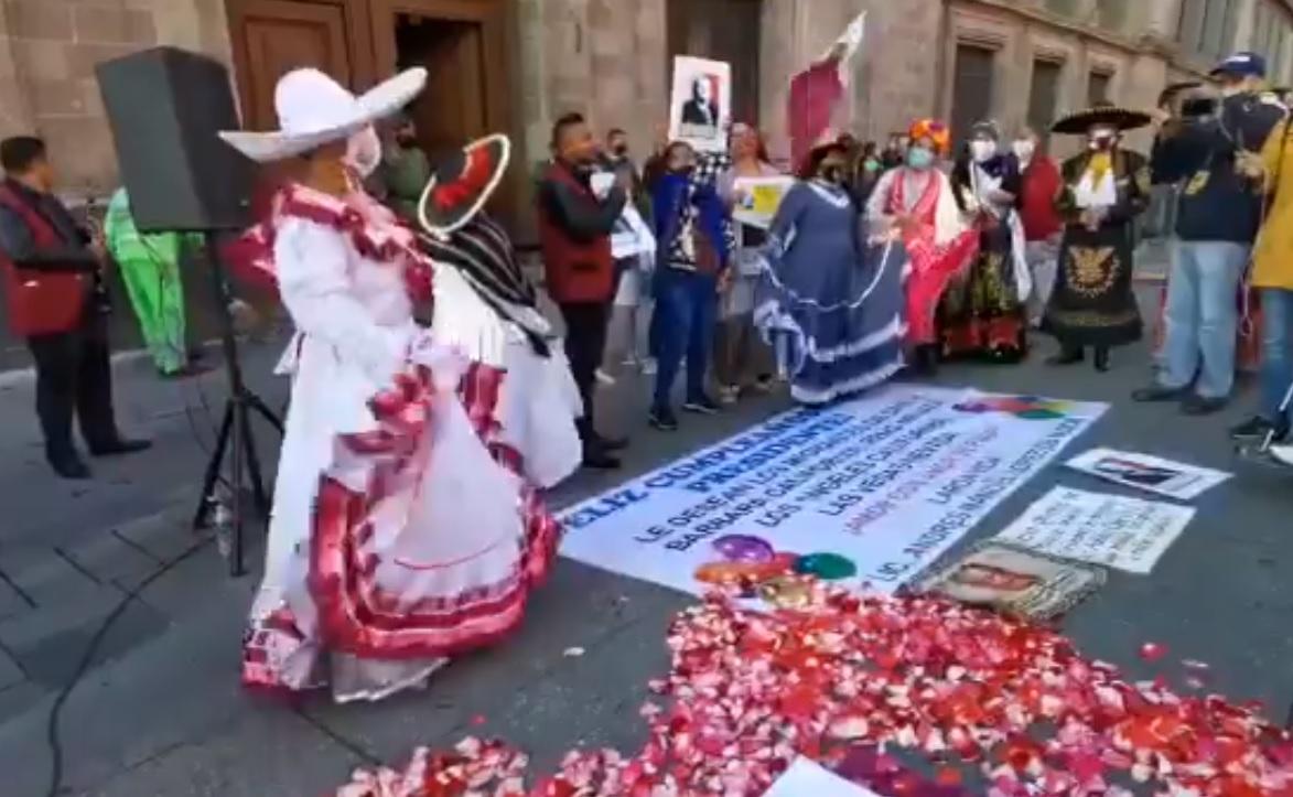 LLEVAN SERENATA A AMLO A PALACIO NACIONAL POR SU CUMPLEAÑOS 67