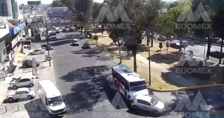 CAMIÓN DE PASAJEROS SE DA A LA FUGA TRAS EMBESTIR A UN AUTOMÓVIL EN ATIZAPÁN