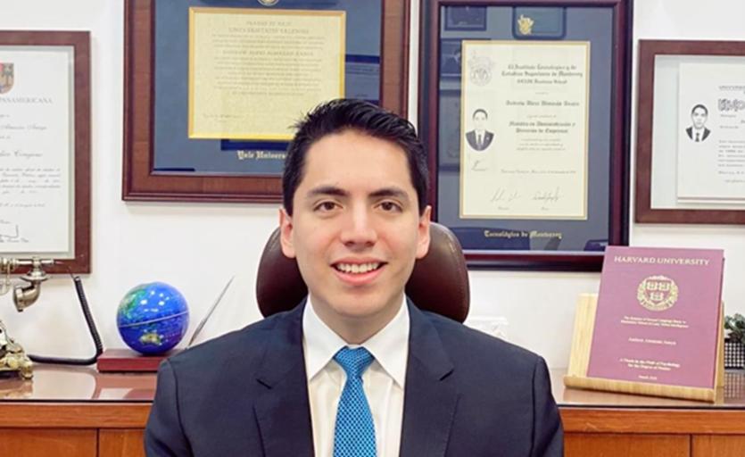 MEXICANO ANDREW ALMAZÁN RECIBE PREMIO DE LA UNIVERSIDAD DE HARVARD