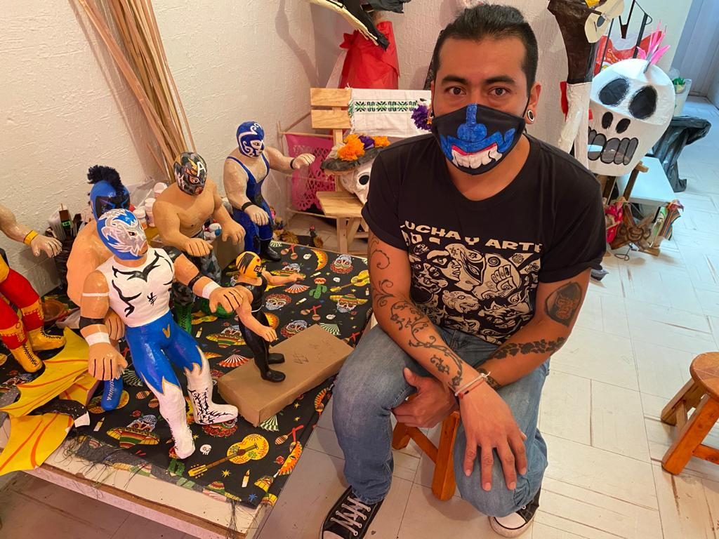 CREAN FIGURAS DE LA LUCHA LIBRE HECHOS CON MATERIAL RECICLADO