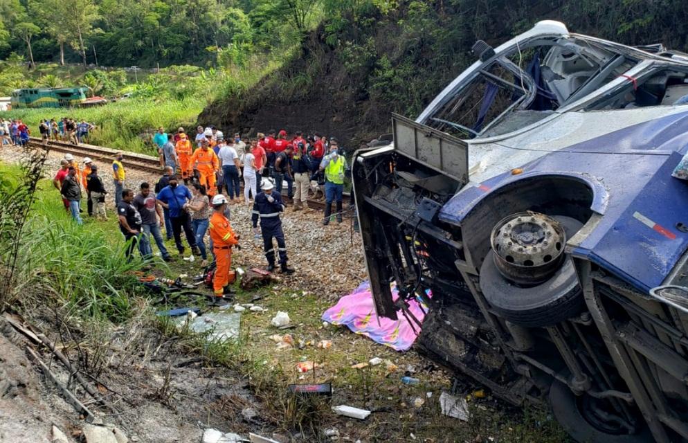 ACCIDENTE DE AUTOBÚS EN BRASIL DEJA 16 MUERTOS Y 27 HERIDOS